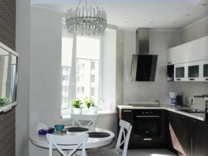 Реализация проект квартиры в современном стиле. Интерьер кухни